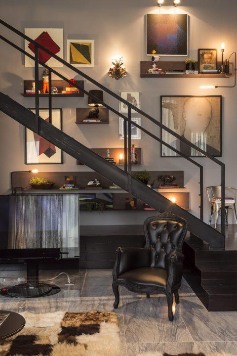 Diseño de escaleras de metal que nos comunican directamente con el dormitorio ubicado en el mezzanine del loft