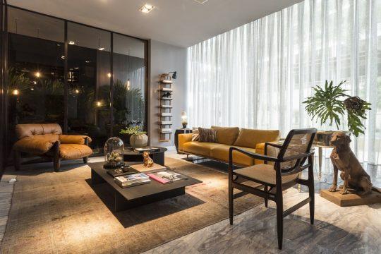 Diseño de sala estar en apartamento conformado por tres diferentes tipos de sofás