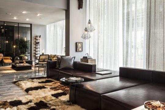 Diseño de la sala con sofás de cuero color negro