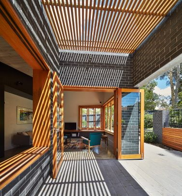 Diseño de la terraza cubierta con varillas de madera