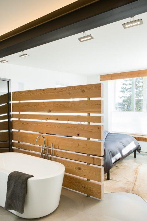 Diseño del dormitorio principal con completo cuarto de baño
