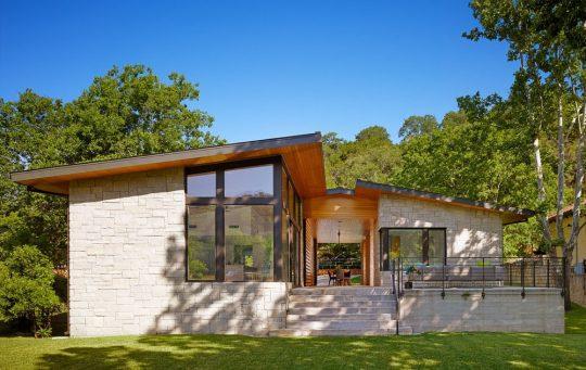 En la fachada se ha aplicado piedra de corte rectangular, ademas de recubrimiento con listones de madera de pino amarillo (Diseño: Stuart Sampley, Fotos: Casey Dunn)