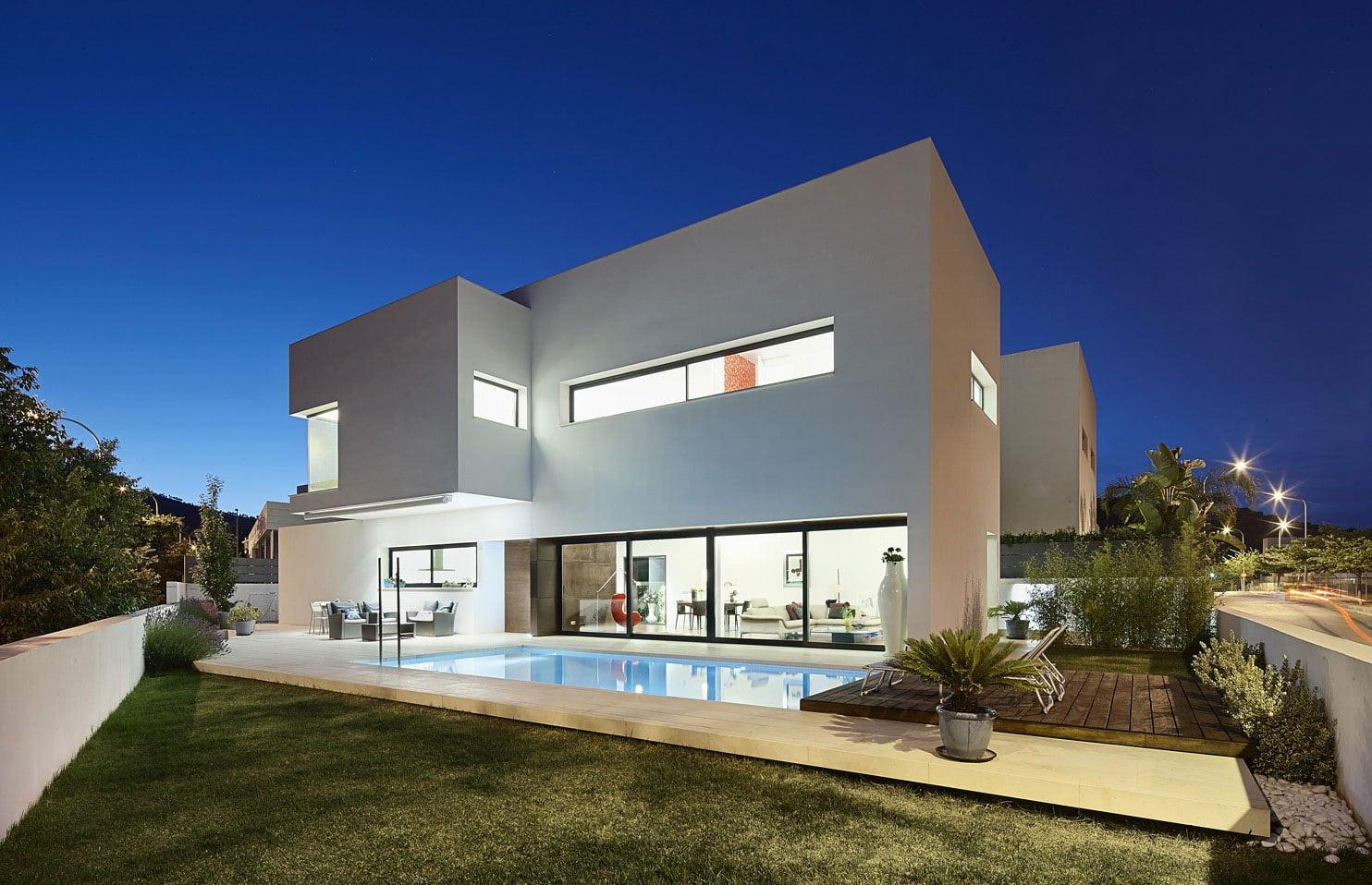 Diseño-de-casa-moderna-de-dos-pisos-con-piscina - Constructora Paramount