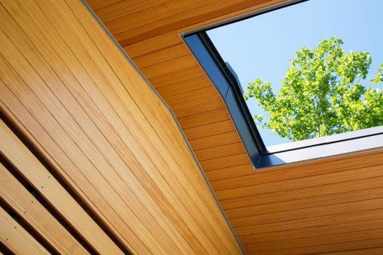 Si bien la casa de un piso es muy iluminada gracias a los ventanales, se ha diseñado una claraboya retráctil para el ingreso de la luz y ventilación que se adapta de acuerdo al estado del tiempo