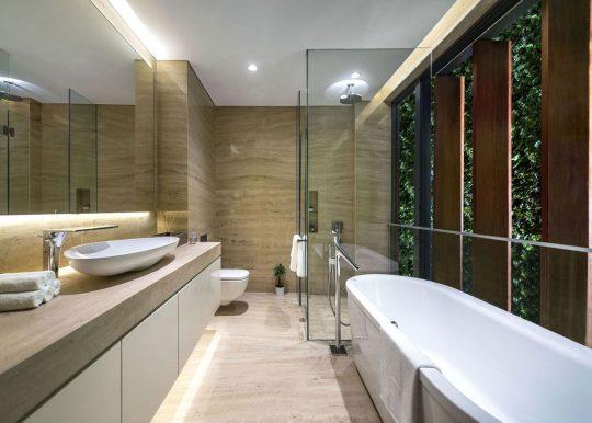 Diseño de amplio cuarto de baño con ducha y tina