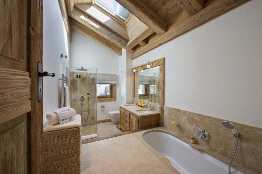 Diseño del cuarto de baño que incluye iluminación natural a través de una claraboya