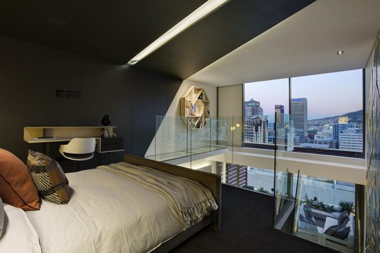 Esta es la vista que tiene el dormitorio que como podemos ver en la foto se llega a través de la escalera que la podemos ver en la parte inferior derecha
