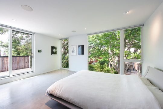 Diseño de dormitorio principal con terraza en segundo nivel