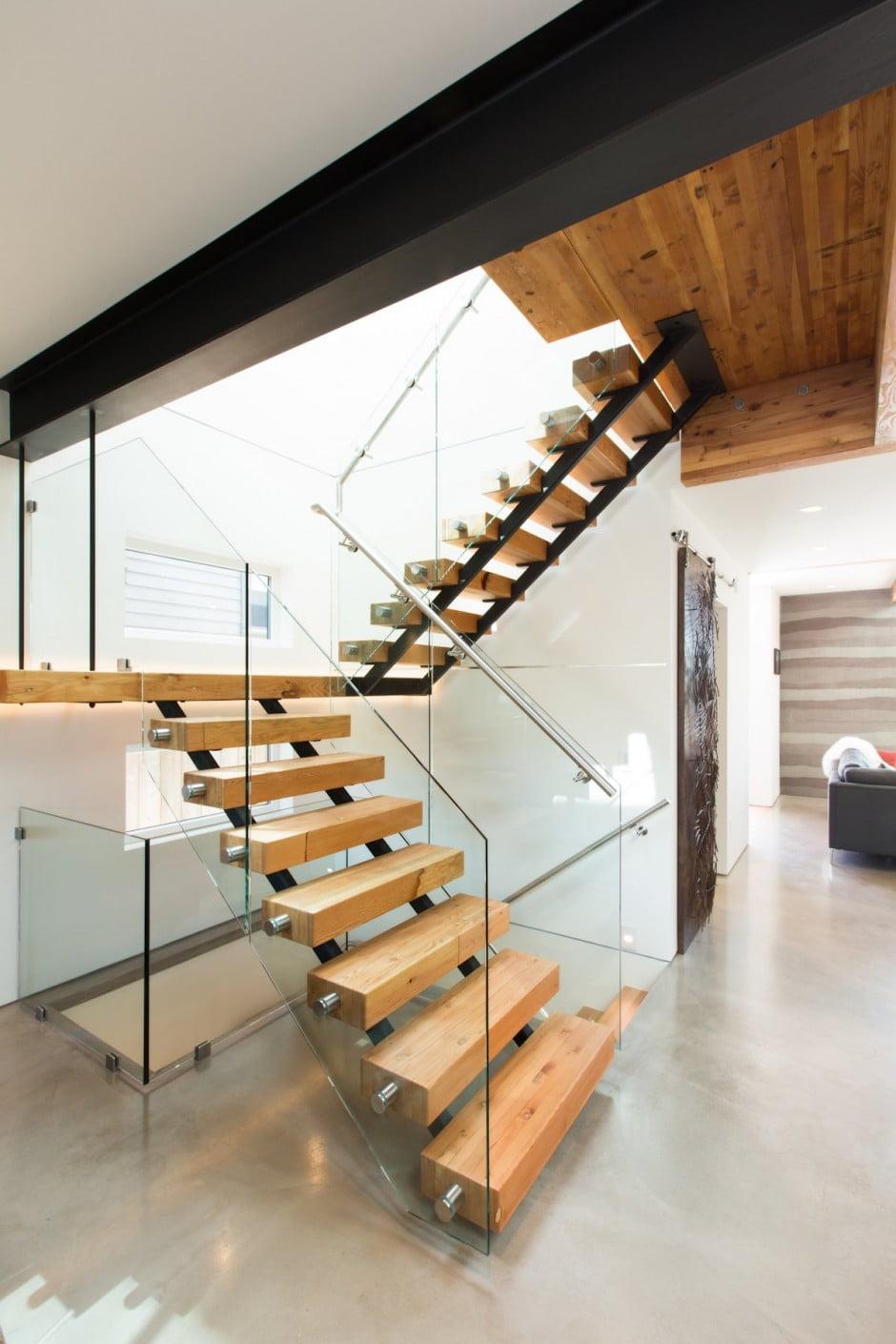 Diseño de escaleras modernas que permite el paso de la luz a través de los peldaños de madera