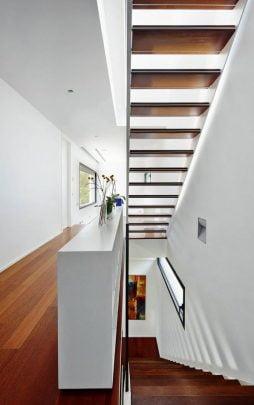 Diseño de las escaleras con pasos de madera