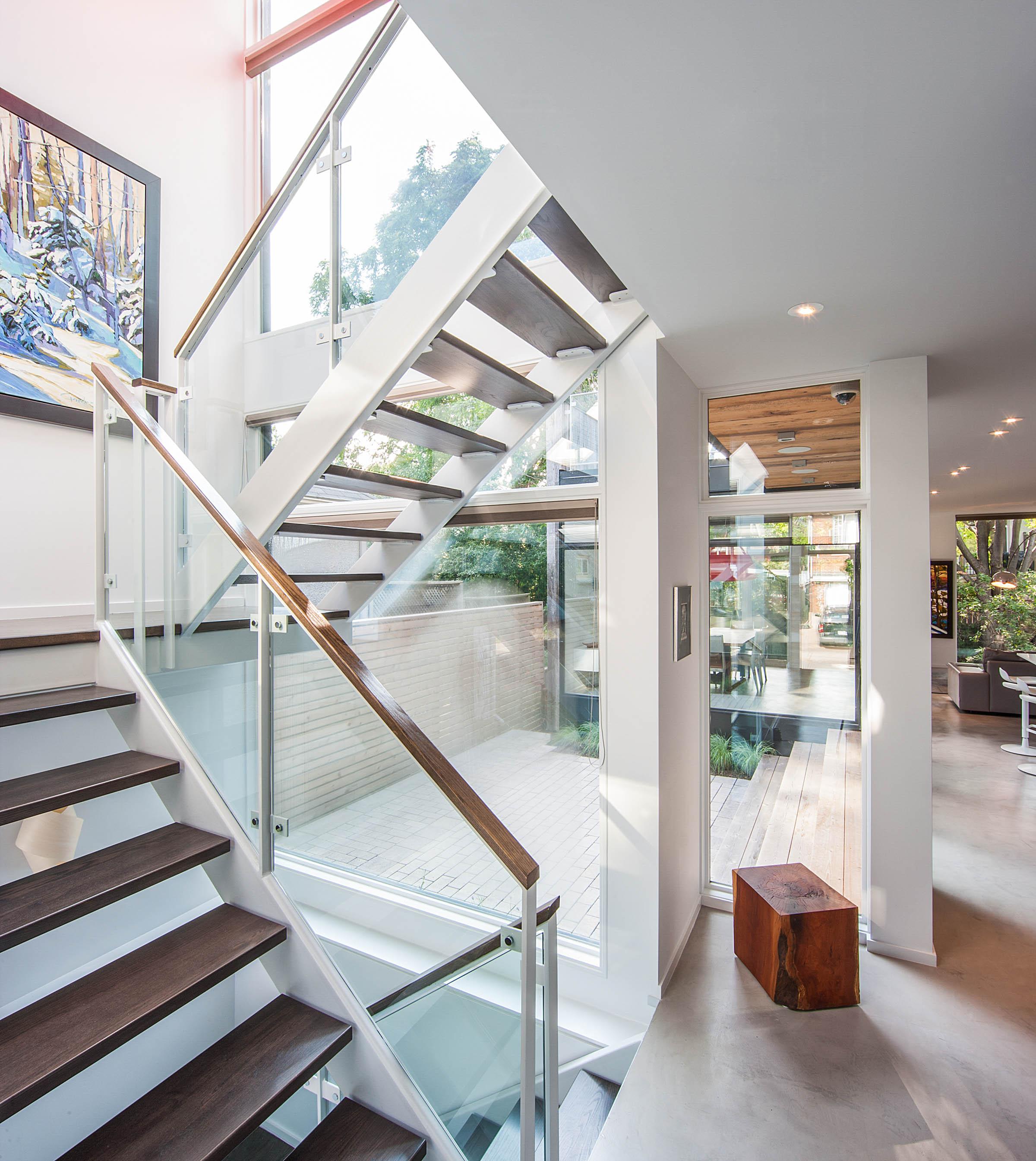 Diseño de escaleras con peldaños de madera permite el ingreso de la luz a través de ellas, un diseño ideal cuando cuando quieres que la luz no encuentre obstáculos para expandirse en el interior