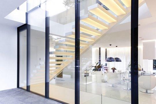 Diseño de moderna escalera que permite el paso de la luz a través de los peldaños