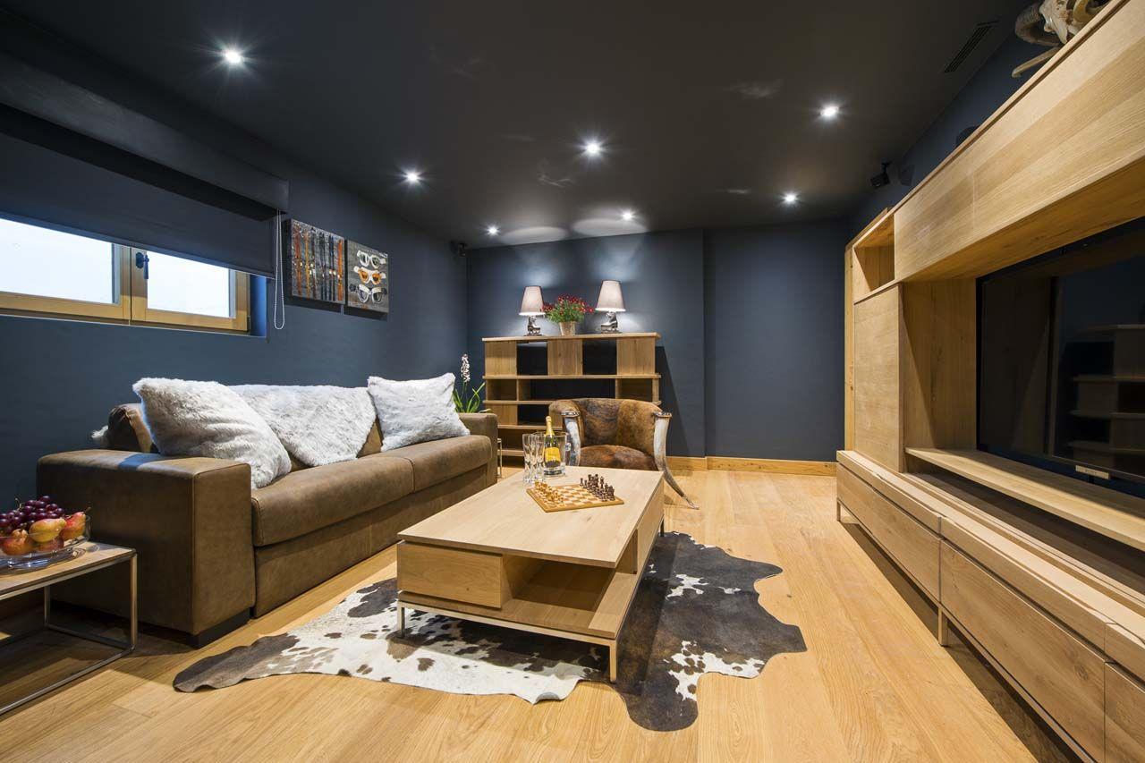 Diseño de cuarto multimedia que combina dos estilos convirtiendo en original a este salón de diversión