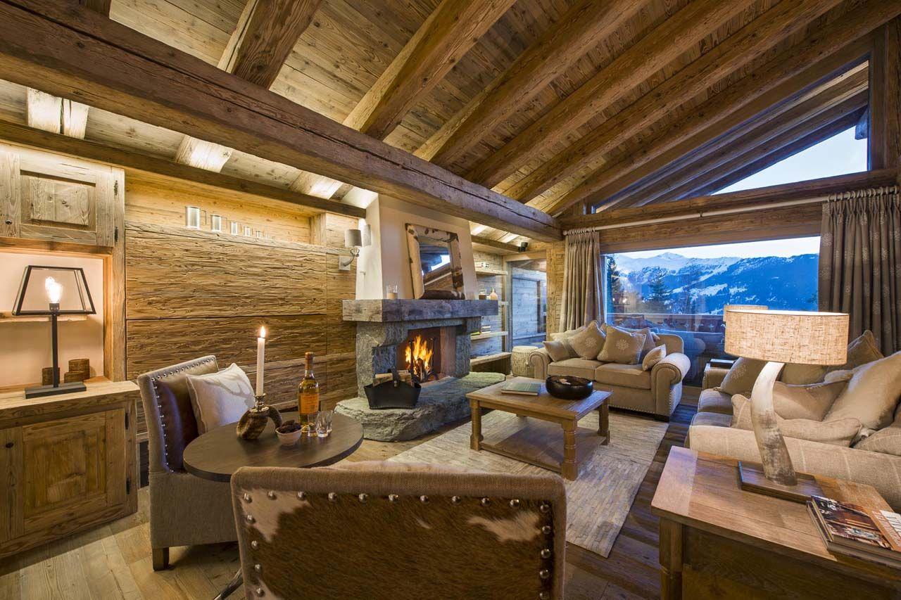 Los techos con una estructura interior de troncos y gruesos dinteles de madera junto con las paredes con textura rústica son el marco ideal que contiene los modernos y originales muebles algunos de ellos con aplicaciones de pieles