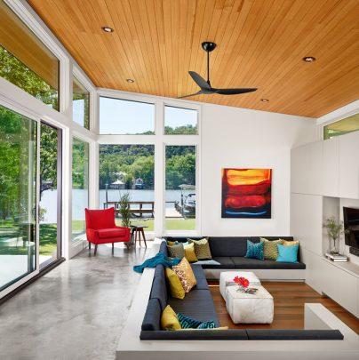 En la sala se han separado dos funciones por desniveles de piso, en la parte elevada del suelo una prolongación de la terraza y un espacio rectángulo bien definido a nivel del suelo para colocar los sofás