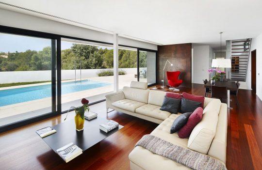 Diseño de la sala con vista y acceso directo a la piscina