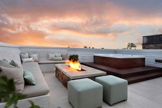 El jacuzzi es el punto de diseño principal de esta terraza, al centro un pequeña estructura que es usada como un fuente de fuego (Brandon Arquitectos)