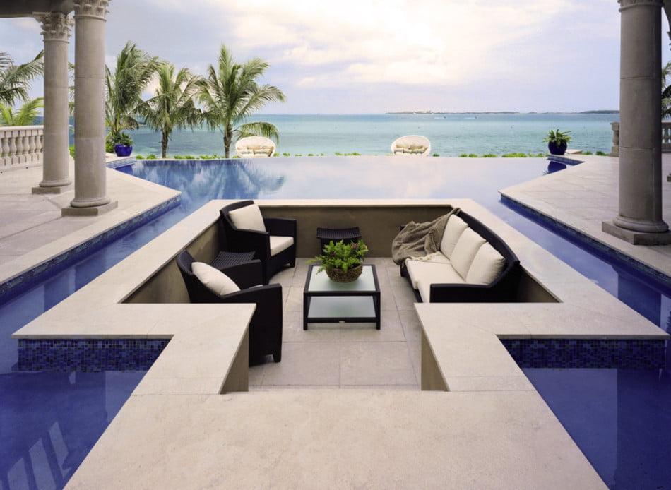 Original diseño de una terraza dentro de la piscina, desde ésta perspectiva se puede tener una vista continua del agua (Pasquale Design)