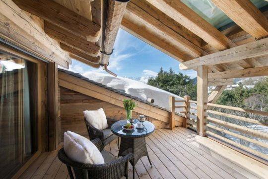 Diseño de la pequeña terraza rústica con finos muebles hechos con fibras naturales