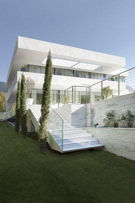 Debido a la topografía del terreno para acceder a la terraza desde los espacios externos es necesario un escalera