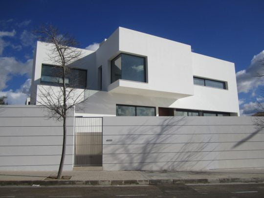 Fachada principal de la casa cuenta con cerco perimétrico para protección (Diseño: Alfonso Reina)