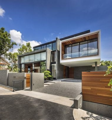 Fachada principal de la moderna casa (Diseño: Park + Associates / Fotos: Edward Hendricks)