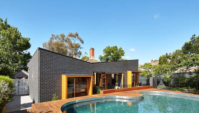 Fachada posterior de la casa |Fotos: Peter Bennetts / Diseño de remodelación: Make