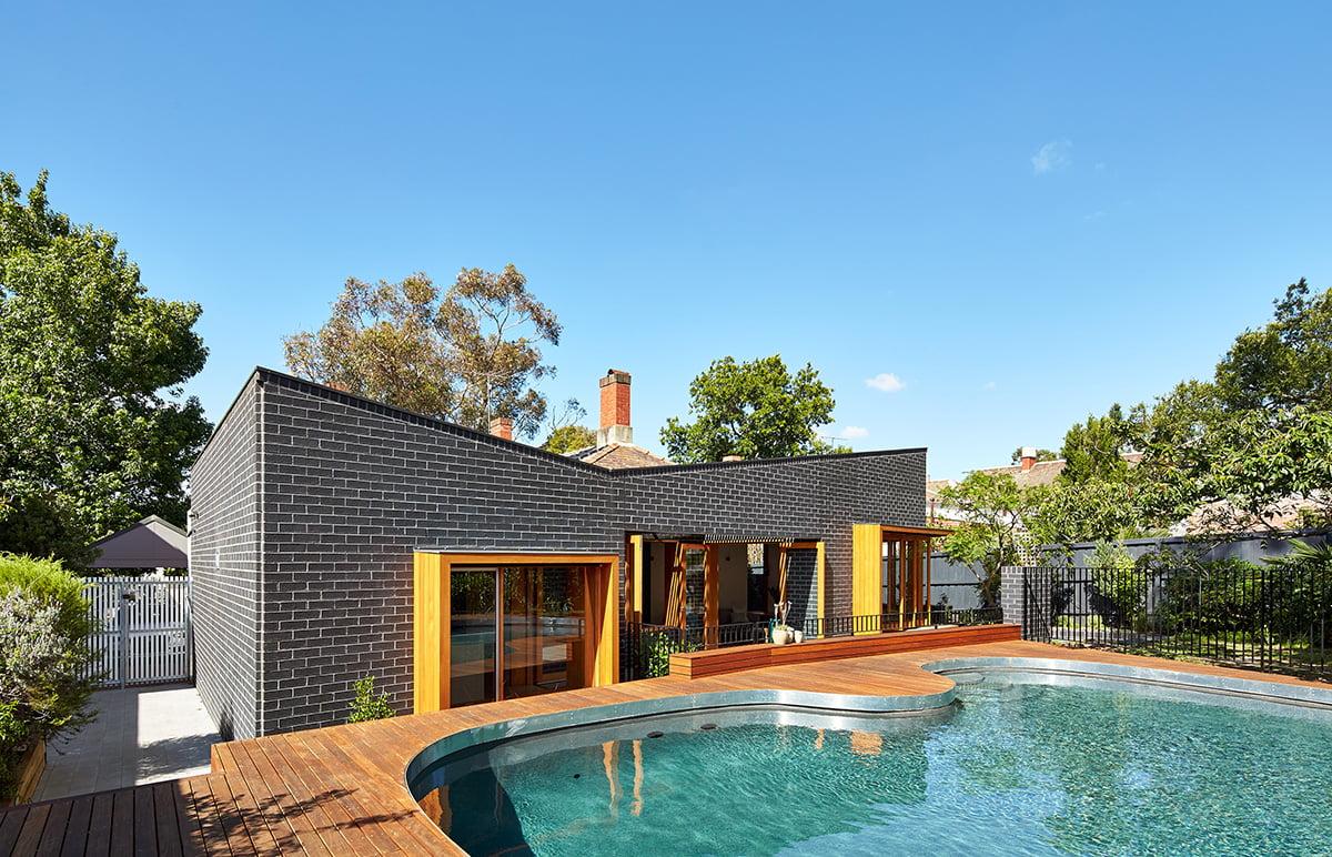 Fachada posterior de la casa  Fotos: Peter Bennetts / Diseño de remodelación: Make