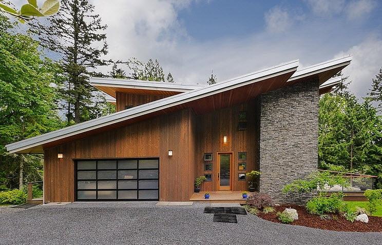 Fachada de moderna casa en la montaña