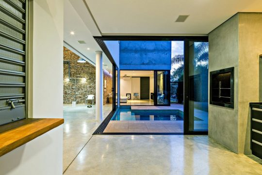 Vista de piscina desde la sala
