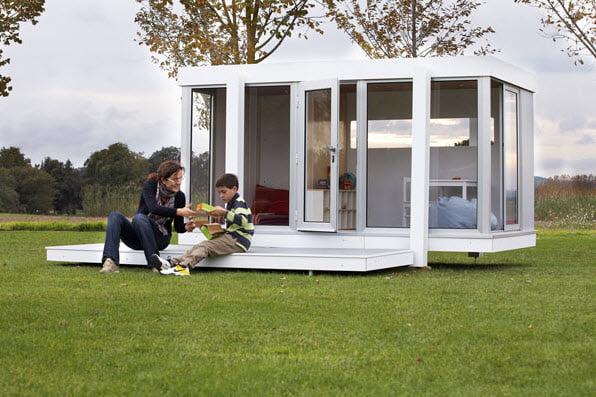 Si te gusta mucho el bricolage y tienes bastante espacio en tu jardín quizá este modelo de casa te inspire, tiene amplias vanos para el ingreso de la luz