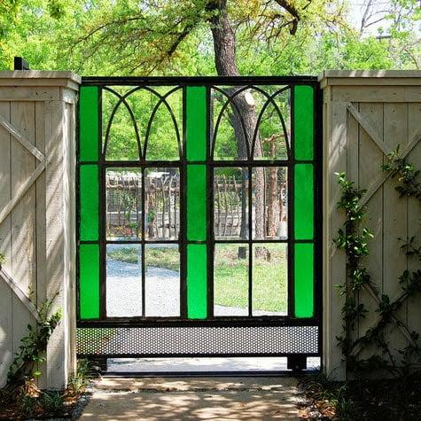 Cerco corredizo de metal y vidrio en color combinado con cerco lateral en madera. Foto: Archiverde Landscape Architecture