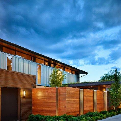 En este cerco se ha combinado perfectamente la madera con el metal, comparte el diseño con el conjunto de la casa Foto: DeForest Architects