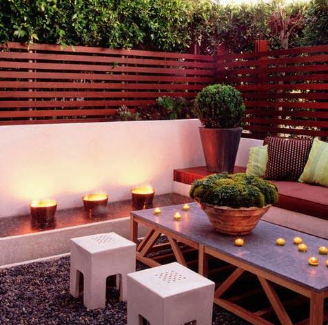 Una cálida terraza con un cerco de listones de madera en forma horizontal Foto: Digs By Katie y Katie Leede