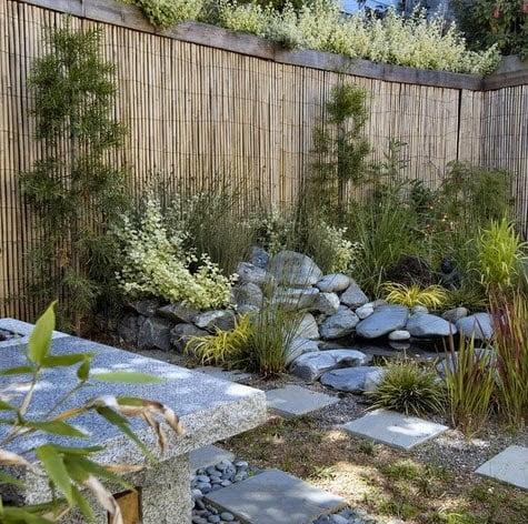 Jardín estilo japonés con cerco de bambú y madera al natural Foto: Mark Brand Architecture