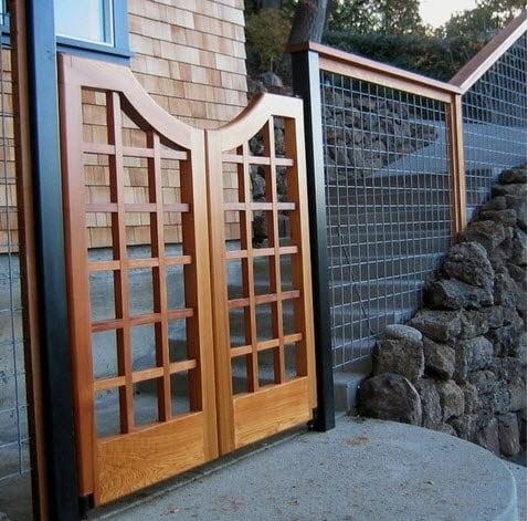 Puerta de cerco con un tramado en forma de cuadrados, para el resto del cerco se empleo el hierro combinado con la madera, la piedra también forma parte del conjunto Foto: Paul Farinato
