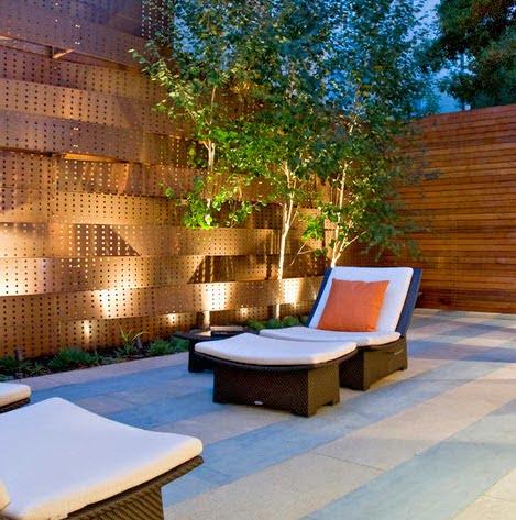 Cerco de madera perforada, por las noches cobra vida con el conjunto de luces Foto: Randy Thueme Design Inc.