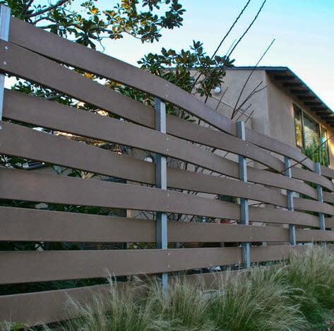 Cerco de madera y listones de fierro que hacen de postes para el entramado Foto: Silva Studios Architecture
