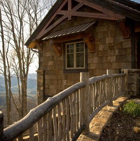 Cerco rústico de troncos es el complemento ideal para el diseño de una casa rústica Fotos: Tyner Construction Co Inc