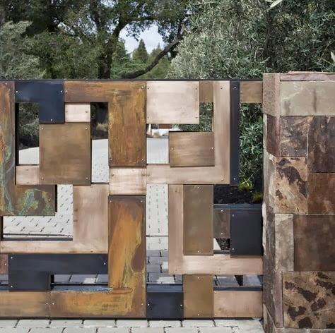 Diseño de cerco moderno que combina varios elementos como la madera, piedra y hierro Foto: WA design