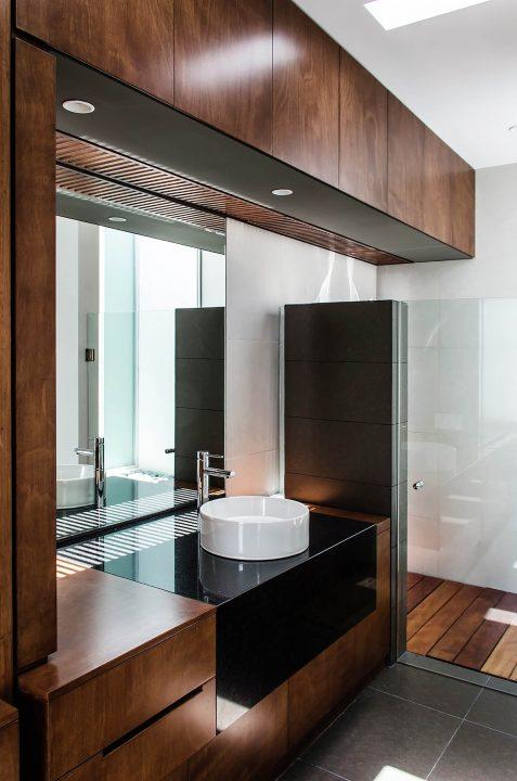 Diseño de cuarto de baño ubicado en dormitorio principal