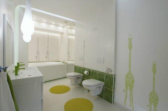Cuarto de baño de niños con dos inodoros