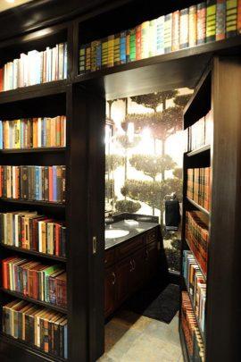 Cuarto de baño oculto en la biblioteca de la casa (Imagen: Houzz)