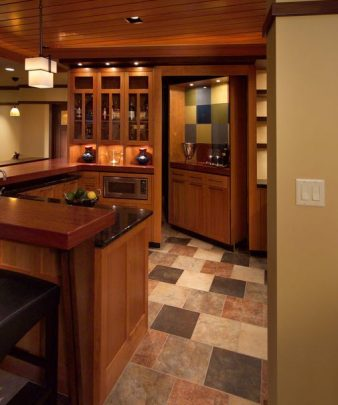 Otra alternativa a la que hemos visto arriba, un cuarto oculto cerca a la cocina puede usarse como despensa o bodega de vinos (Diseño: Houzz)