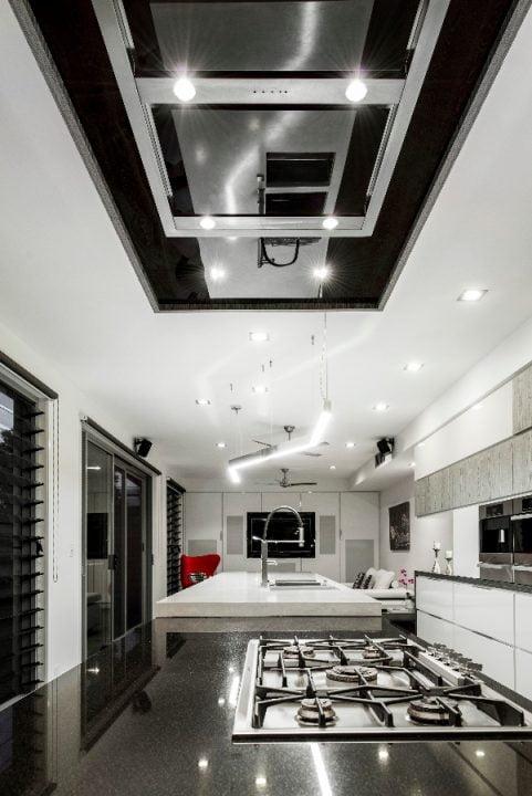 Iluminación artificial de la moderna cocina a través de spotlights
