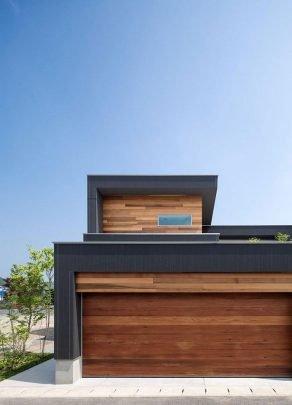 Esta foto nos muestra con mas claridad la textura de los muros pintados de color negro que hacen una especie de marco de la casa