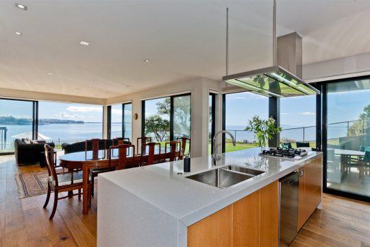 Vista de la cocina – comedor y sala con hermosas visuales