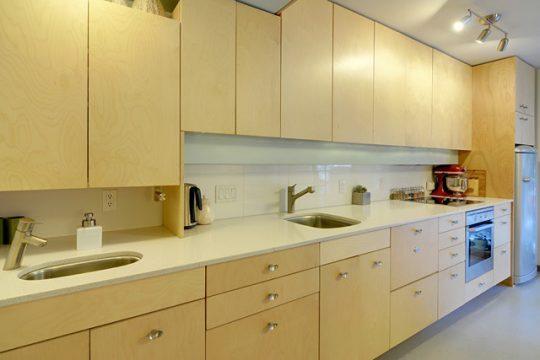 Muebles de pequeña cocina con textura y color de madera natural