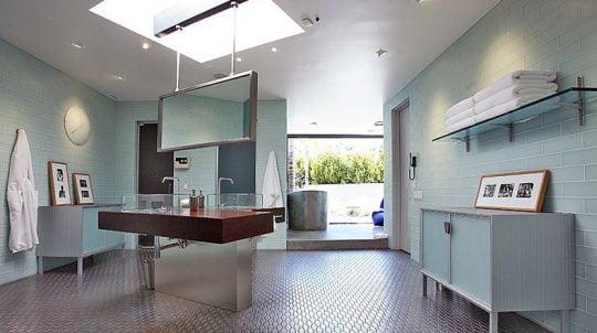 El cuarto de baño ha sido diseñado sobre un gran espacio, aquí se ha creído conveniente iluminar y ventilar el espacio incluso por el techo