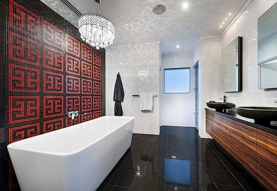 Exclusivo diseño de cuarto de baño moderno donde predomina la combinación del color negro y blanco con texturas de madera en lavatorios